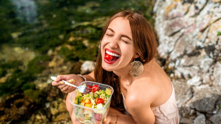 Ученые считают, что процессы старения можно замедлить, если получать с пищей достаточное количество витаминов А, С, Е и микроэлементов – селена и цинка.